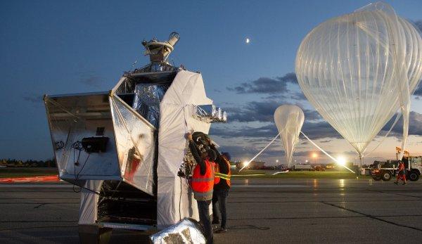 """ASTRONOMIE INFO : UN BALLON STRATOSPHÉRIQUE """"PILOT"""" POUR MIEUX COMPRENDRE LE BIG BANG !! C'est ce 20 septembre à 21h, que le premier vol de PILOT a eu lieu depuis le Canada Son instrument embarqué d'une tonne cartographie le ciel afin de mieux comprendre le Big Bang. L'impressionnant ballon qui se dilate jusqu'à atteindre un volume de 800 000 m3 s'est envolé en emportant une nacelle d'une tonne. Il s'agit de la plus lourde depuis 25 ans pour le CNES selon un communiqué de l'agence spatiale française. Après 3 heures de montée pour atteindre un peu plus de 39 km d'altitude, PILOT a pu accomplir sa tâche : cartographier la polarisation submillimétrique de poussières qui suivent le champ magnétique de notre galaxie, la Voie Lactée. Le but est ainsi d'obtenir (avec plusieurs autres vols qui doivent suivre) un relevé exact de ce signal qui «parasite» les images du fond diffus cosmologique, cette lumière émise 380 000 ans après le Big Bang, il y a donc plus de 13 milliards d'années. C'est le satellite de l'Agence Spatiale Européenne (ESA) Planck qui avait obtenu les données les plus précises de ces premiers instants de l'Univers. Mais pour être exploitées au mieux par les cosmologistes, ces données doivent être «nettoyées» du «signal parasite» que justement étudie PILOT. (Sources CNES-CE)"""
