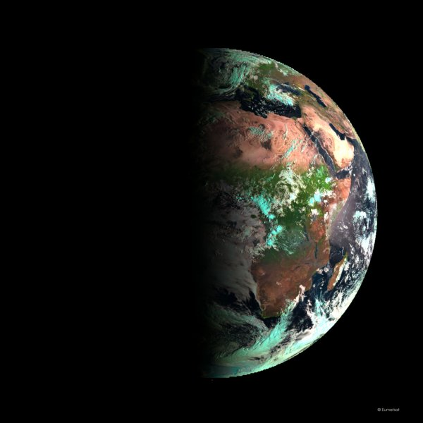 L'IMAGE DU JOUR : L'AUTOMNE SUR TERRE VU DEPUIS L'ESPACE par le satellite météorologique METEOSAT 10, idéalement placé pour saisir cet instant. A 8 h il a photographié la Terre à moitié éclairée par le Soleil. A partir de cette date, et jusqu'au 20 mars 2016, dans l'hémisphère Nord, les nuits seront plus longues que les jours... Une aubaine pour les astronomes ! Ce 23 septembre 2015, est donc l'équinoxe d'automne pour les habitants de l'hémisphère Nord. Autrement dit, c'est l'une des deux journées de l'année au cours de laquelle le jour a la même durée que la nuit, et cela, pour tous les Terriens !