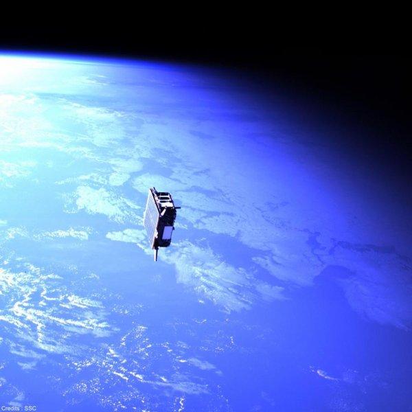 L'IMAGE DU JOUR : ll s'agit du satellite Tango, et elle a été prise par son double le satellite Mango qui, filant à 27 000 km/h, a été placé à 15 mètres de son compagnon Tango pour une rencontre un peu particulière. Les satellites suédois Mango et Tango ont été lancés en 2010 afin d'étudier le vol en formation de satellites. Mango, au départ éloigné de plusieurs milliers de kilomètres, s'est petit à petit rapproché, aidé d'un système de mesure fourni par le CNES. Lors de cette rencontre, les deux satellites étaient à 710 km d'altitude… (Source CNES-CE)