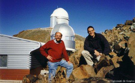 ASTRONOMIE INFO : 51 PEGASI B, LA PREMIÈRE PLANÈTE EXTRASOLAIRE A 20 ANS ! C'est le 6 octobre 1995 que les astronomes Michel Mayor et Didier Queloz (photo) annoncèrent la découverte de 51 Pegasi b, la première planète extrasolaire. En 1995 les astronomes disposaient déjà dans le monde de plusieurs télescopes dont le diamètre du miroir dépassait les 4 mètres. C'est pourtant un instrument plus modeste, le télescope de 1,93 m de l'Observatoire de Haute-Provence (photo ci-dessous), qui a permis aux astronomes suisses Michel Mayor et Didier Queloz de découvrir la première planète extrasolaire, 51 Pegasi b. (Source: J.B.F.)