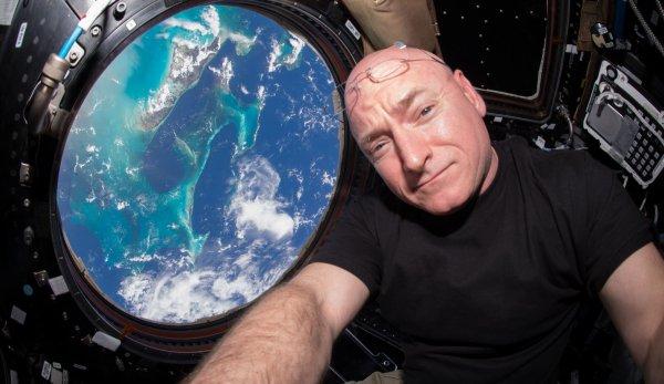 L'IMAGE DU JOUR : LE RECORD AMÉRICAIN DE SCOTT KELLY Actuellement à bord de la Station Spatiale Internationale, Scott Kelly est devenu le 16 octobre l'Américain qui cumule le plus de jours dans l'espace avec 383 jours. Le record mondial reste celui du Russe Gennady Padalka avec 879 jours. Scott Kelly doit revenir sur Terre le 2 mars 2016. Il cumulera avec ses 4 missions accomplies 522 jours dans l'espace. Un superbe score, certes, mais loin des 879 jours de Padalka. (Source NASA)
