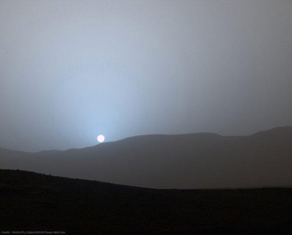 Seul sur Mars : 5 scènes vraisemblables (ou pas). SCENE 2: La couleur du ciel martien ? Vraissemblable… ou presque ! e quelle couleur est le ciel martien ? Orange ? Presque... Vu par nos envoyés spatiaux, par exemple Curiosity, « le ciel a une couleur saumonée », la lumière du Soleil étant diffusée par les poussières martiennes.  Par contre, « curieusement, le coucher de Soleil est plutôt bleu. Par manque d'atmosphère, il y a moins de réfraction, qui crée le rougissement sur Terre. »  Sur Mars, le coucher de Soleil est plutôt bleu !