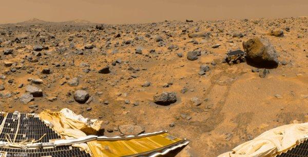 Seul sur Mars : 5 scènes vraisemblables (ou pas) SCENE 3: Mars Pathfinder ? Pas si facile... Mars Pathfinder s'est bien posé sur Mars en 1997, au milieu d'une vaste plaine rocailleuse, loin des montagnes qui font la beauté du film. Encore visible depuis l'espace, il n'est pas prêt d'être enseveli par une dune.  Watney pourrait-il utiliser ses circuits pour communiquer avec la Terre ? Pourquoi pas. L'atterrisseur est bien équipé d'une parabole qui lui permet de communiquer directement vers la Terre. D'ailleurs, « l'utilisation de Pathfinder, pour communiquer avec les positions de la caméra, est intéressante. Et, pour envoyer des messages dans cette situation, passer en hexadécimal est plus pratique que l'alphabet à 26 lettres. » Il faut juste être patient : Pathfinder communiquait à une vitesse maximale de 6 ko/s. Mais, surtout, « le problème est que Pathfinder est tombé en panne. Pour le réparer, ce n'est pas exactement comme ça que sa se passe, il n'y a pas un bouton on-off à actionner. »