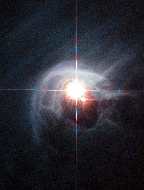 L'IMAGE DU JOUR : ANNEAU DE FUMÉE POUR UN HALO D'ÉTOILES par le télescope HUBBLE !! Deux étoiles brillent à travers le centre d'un anneau de poussière dans cette image prise par le télescope spatial Hubble de la NASA/ESA. Le système d'étoiles est nommé DI Cha, et alors que seulement deux étoiles sont apparentes, il s'agit en fait d'un système quadruple contenant deux ensembles d'étoiles binaires. Comme ce système est relativement jeune, il est entouré par un nuage de poussières vaporeux. C'est une cible idéale pour l'étude de formation d'étoiles.(Sources : ESA / Hubble & NASA)