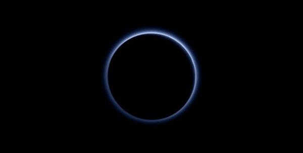NEW HORIZONS INFO DIRECT : MERCREDI 28 OCTOBRE 2015 18h CHANGEMENT DE TRAJECTOIRE POUR LA SONDE NEW HORIZON : C'est fait… Les ingénieurs du Johns Hopkins University, dans le Maryland, ont ordonné à leur sonde New Horizons de changer de trajectoire… La sonde américaine, filant à 14,5 kilomètres par seconde, soit 52 000 kilomètres heure, dans l'espace, a allumé ses moteurs pendant 25 minutes, le 25 octobre, puis dix minutes encore ce 28 octobre, changeant progressivement sa direction… Photo ci-dessous : Après sa rencontre avec Pluton, le 14 juillet dernier, New Horizons a tourné sa caméra vers la planète naine, et l'a photographiée à contre jour, révélant, éclairée par le Soleil, son atmosphère essentiellement composée d'azote. (Source NASA)