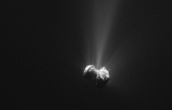 ROSETTA INFO DIRECT : JEUDI 29 OCTOBRE 2015 8h DE L'OXYGÈNE DANS L'ATMOSPHÈRE DE TCHOURI !! : La sonde européenne Rosetta a découvert de l'oxygène dans l'atmosphère de la comète. Une « SURPRISE TOTALE » pour les scientifiques qui pensent qu'il faudra peut-être revoir les modèles sur la formation du système solaire Cet oxygène moléculaire (O2) pourrait être plus ancien que notre système solaire, a précisé l'étude publiée mercredi dans la revue britannique Nature. C'est la première fois que l'on trouve du dioxygène - plus couramment appelé oxygène moléculaire - dans une comète, même si il a été détecté dans d'autres corps célestes glacés comme les lunes de Jupiter ou de Saturne. « Il va peut-être falloir modifier nos modèles actuels sur la formation du système solaire, car pour le moment, ils ne prévoient pas la présence d'oxygène moléculaire dans une comète », a déclaré André Bieler, de l'Université du Michigan (Etats-Unis), co-auteur de l'étude. Le spectromètre Rosina, l'un des instruments clef de la mission Rosetta a réalisé des mesures des gaz entre septembre 2014 et mars 2015 alors que la comète 67PChuryumov-Gerasimenko se rapprochait du Soleil. Rosina a trouvé près de 4 % d'oxygène moléculaire (rapporté à la vapeur d'eau H2O) dans le nuage qui forme la queue de la comète, selon l'étude. Ce taux est resté stable au fil des mois. Cela fait de l'oxygène le quatrième gaz cométaire, en importance, après la vapeur d'eau (H2O), le monoxyde de carbone et le dioxyde de carbone.(Sources ESA-CNES)