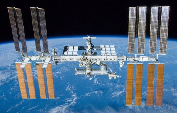 L'IMAGE DU JOUR : ANNIVERSAIRE !! Depuis le 2 novembre 2000, la Station Spatiale Internationale (ISS) a toujours accueilli un équipage de 2 à 6 personnes. Un programme qui réunit les agences spatiales Américaine, Canadienne, Européenne, Japonaise et Russe. La Station Spatiale Internationale : la plus grande structure jamais assemblée sur orbite totalise une masse de 400 tonnes qui tourne autour de la Terre à 400 km d'altitude. Les modules viennent de Russie, d'Europe, des États-Unis et du Japon. Le Canada a fourni le bras robotique principal (Source NASA)