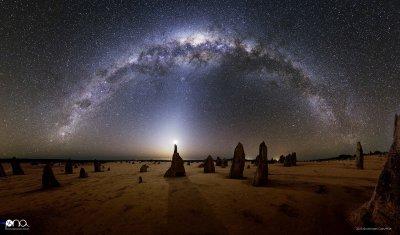 """L'IMAGE DU JOUR : Le 1er prix du Photo Nightscape Awards. Ce splendide panorama réalisé par l'astrophotographe Michael Goh a remporté le 1er prix du Photo Nightscape Awards dans la catégorie """"paysages nocturnes"""".  Il met en scène, sous l'arche de la Voie lactée, un croissant de Lune posé sur l'un des menhirs naturels du désert des Pinnacles.  A 160 km au nord de Perth, près de la côte ocidentale de l'Australie, cette mer de sable hérissée de concrétions calcaire est une vraie curiosité minérale. (Source AFA)"""