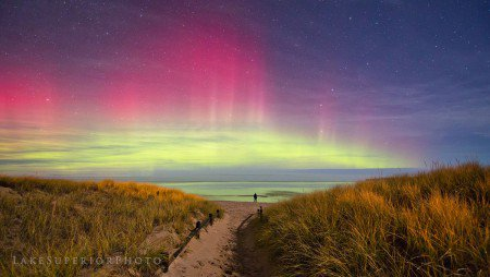 LES IMAGES DU JOUR : DE TRÈS BELLES AURORES BORÉALES !!! Une tempête géomagnétique a provoqué de belles aurores boréales visibles en Amérique du nord dans la nuit du 3 au 4 novembre. La nuit dernière, le vent solaire chargé de particules énergétiques est venu toucher la haute atmosphère au niveau des pôles terrestres, provoquant l'apparition de nombreuses aurores boréales visibles dans les états d'Amérique du Nord. (Sources JBF-SW-SV)