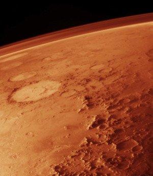 ASTRONOMIE INFO NASA : C'EST LE SOLEIL QUI A SOUFFLE L'ATMOSPHÈRE DE LA PLANÈTE MARS : la sonde MAVEN (Mars Atmosphere and Volatile Evolution) a été lancée par la NASA en novembre 2013. En orbite autour de la planète rouge depuis septembre 2014, MAVEN plonge régulièrement dans la haute atmosphère martienne pour l'étudier. Verdict : c'est bien, comme le soupçonnent les planétologues depuis un quart de siècle, le Soleil qui est responsable de la quasi disparition de l'atmosphère martienne… En effet, Mars est profondément différente de sa grande s½ur terrestre : environ dix fois moins massive, elle n'est pas protégée, comme la planète bleue, par un puissant champ magnétique. Résultat, le vent solaire, c'est à dire ces particules de haute énergie émise continuellement par notre étoile, souffle perpétuellement sur l'atmosphère martienne, et l'érode peu à peu… L'effet est infinitésimal : à chaque seconde, c'est seulement cent grammes de dioxyde de carbone qui s'échappent de la planète ! Mais cette infime érosion, continue durant quatre milliards d'années, aurait pu suffire à souffler dans l'espace la quasi totalité de l'atmosphère martienne. Sauf que les scientifiques Américains suggèrent plutôt que l'atmosphère martienne a été ainsi détruite par le Soleil très tôt dans l'histoire de la planète rouge. Pour eux, en effet, l'activité du jeune Soleil était à l'époque bien plus violente qu'aujourd'hui. Pour Bruce Jakosky et ses collaborateurs, qui publient leurs travaux dans Science, Mars a perdu son atmosphère primitive en cinq cents millions d'années environ, entre 4,2 et 3,7 milliards d'années. C'est donc à cette époque que progressivement, la planète se serait asséchée, et son eau résiduelle se serait figée sous forme de glace dans son sous-sol. La confirmation que c'est bien le Soleil qui a soufflé l'atmosphère martienne au début de son histoire a bien sûr une implication dans la quête d'une hypothétique vie martienne. Les chercheurs Américains soulignent que la période 