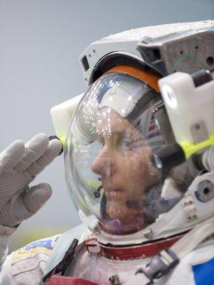 """LES IMAGES DU JOUR : Thomas PESQUET a dévoilé le nom et le logo de la mission de six mois qu'il effectuera à bord de la Station spatiale internationale à compter de novembre 2016. Il sera le dixième astronaute français à se rendre dans l'espace, et le nom de sa mission, """"Proxima"""", perpétue la tradition française qui consiste à baptiser les missions des astronautes français du nom d'une étoile ou d'une constellation. Le nom a été choisi parmi plus de 1300 propositions reçues à l'occasion d'un concours organisé par l'ESA en début d'année. C'est la proposition de Samuel Plagnas de Toulouse, 13 ans, qui a été retenue. (Source ESA)"""