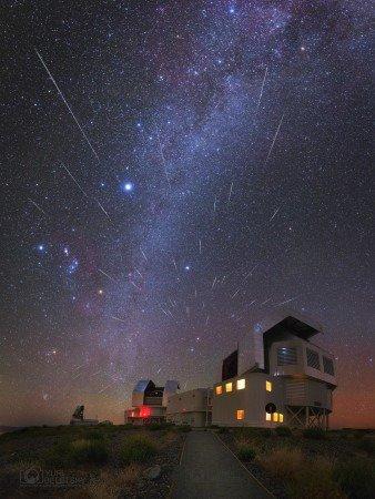 L'IMAGE DU JOUR : DANS LE CIEL DU DÉSERT D'ATACAMA, UNE PLUIE D'ÉTOILES FILANTES !! L'astrophotographe Yuri Beletsky a passé la nuit du 13 au 14 décembre à photographier la pluie d'étoiles filantes des Géminides dans le désert d'Atacama, depuis l'Observatoire de Las Campanas, au Chili, au pied des coupoles des télescopes Magellan, deux jumeaux de 6,5 m de diamètre. L'orbite de Phaéton correspond à la pluie d'étoiles filantes des Géminides, c'est un astéroïde d'un peu plus de 5 km qui passe tous les 1,4 an à seulement 0,139 Unité Astronomique du Soleil. Le 14 décembre 2093 Phaéton s'approchera relativement près de la Terre (2,9 millions de km). (Sources JBF-YB)