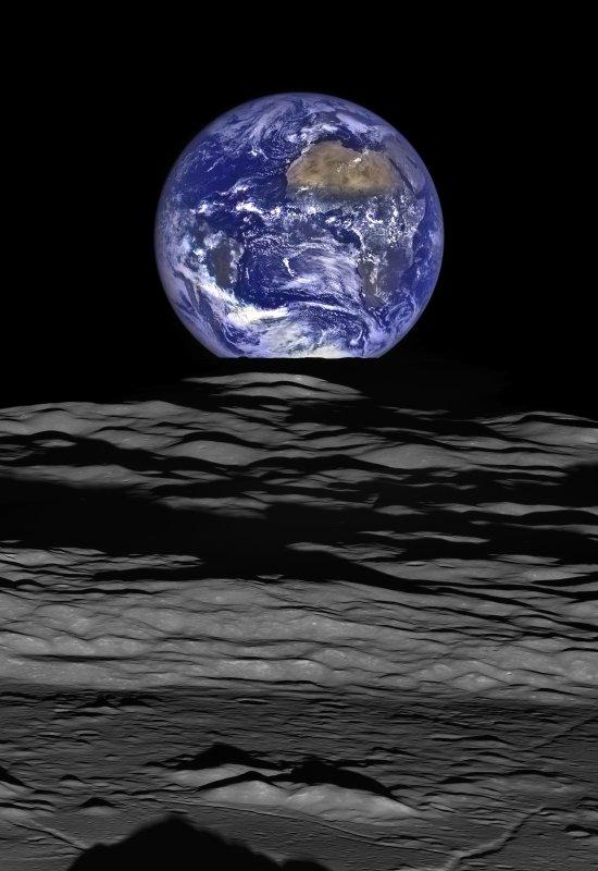 L'IMAGE DU JOUR : SPECTACULAIRE IMAGE DE LA TERRE VUE DE LA LUNE !!! Il s'agit d'un image exceptionnelle diffusée par l'équipe de la sonde spatiale LRO et qui montre notre planète vue par-delà le limbe bosselé de la lune. La planète bleue juste derrière le limbe lunaire, photographiée le 12 octobre 2015 par les caméras de la sonde américaine Lunar Reconnaissance Orbiter. (Source : NASA/GSFC/Arizona State University)