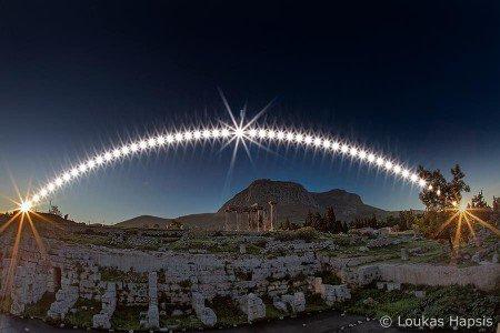 L'IMAGE DU JOUR : 22 DÉCEMBRE 2015 : SOLSTICE D'HIVER : l'hiver commence dans l'hémisphère nord, l'été dans l'hémisphère sud. Le Soleil (qu'on peut voir sur cette image du photographe grec Loukas Hapsis) atteint sa position la plus basse dans le ciel. En raison de l'inclinaison de l'axe de rotation terrestre, notre planète ne présente pas toujours le même hémisphère au Soleil. Au moment du solstice d'hiver l'hémisphère sud connaît l'été et le pôle Sud est éclairé alors que l'hémisphère nord ne reçoit que des rayons rasants qui ne nous chauffent pas beaucoup et qui n'atteignent même pas le pôle Nord plongé dans le noir. Ce sera la situation inverse lors du solstice d'été le 20 juin 2016. (Sources : LH-JBF)