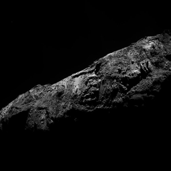 """ROSETTA INFO DIRECT : LUNDI 4 JANVIER 2016 : 18h30 L'IMAGE DU JOUR : La sonde ROSETTA est toujours sur orbite autour de la comète Churyumov-Gerasimenko. Elle a pris un nouveau cliché de """"Chury"""" le 31 décembre 2015. Cette photo a été obtenue d'une distance d'environ 80 km avec Osiris, la caméra haute résolution de Rosetta. On peut y admirer le paysage contrasté de la comète, entre zones sombres et éclairées, paysages doux comme acérés, de poussières et de glaces mêlées. (Sources ESA-CNES)"""