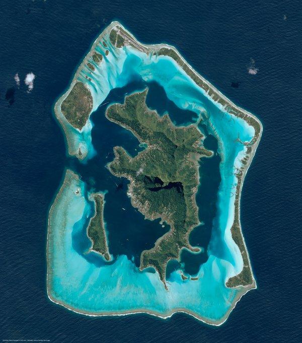 L'IMAGE DU JOUR : Bora Bora vu par le satellite Pléiades. Si nos mers gonflent de 3 millimètres par an en moyenne, cette évolution est loin d'être uniforme. Le long de la côte ouest des États-Unis, par exemple, le niveau de l'eau a même tendance à baisser ! Dans l'ouest de l'océan Pacifique, les eaux montent trois fois plus vite qu'ailleurs ! Ces variations, observées grâce aux satellites océanographiques, sont dues entre autres aux alizés, ces vents qui réchauffent la mer et la font gonfler. Ce phénomène est-il durable ? Nul ne le sait. Mais une chose est certaine : si le réchauffement climatique n'est pas enrayé, les mers pourraient monter 5 fois plus vite à la fin du siècle… (SOURCES : CNES-CE)