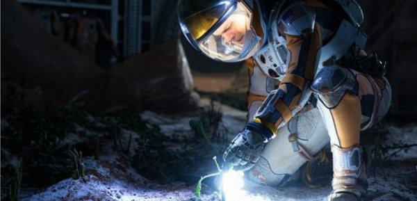 L'INFO DU JOUR : LA NASA VEUT CULTIVER DES PATATES MARTIENNES ! Dans le film Seul sur Mars, Matt Damon joue le rôle d'un botaniste qui parvient à faire pousser des pommes de terre dans le sol martien. Sauf que cela est improbable de pouvoir faire pousser quoi que ce soit dans le sol martien très oxydant ! Néanmoins, la fiction de Ridley Scott a inspiré une expérience aux scientifiques de la NASA. Avec les spécialistes du Centre international de la patate (CIP), à Lima au Pérou, ils ont décidé de lancer fin janvier une plantation de ces tubercules dans un laboratoire reproduisant les conditions atmosphériques, la température, la gravité, la composition du sol et le niveau de radiations de notre voisine planétaire. A suivre !! (Sources NASA-CIP-SA)
