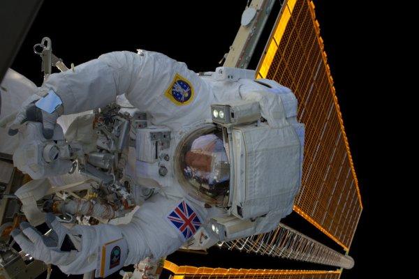 """LES IMAGES DU JOUR : L'astronaute de l'ESA Tim PEAKE a fait un selfie lors de sa sortie de la Station Spatiale (ISS) qui a duré 4h43mn pour remplacer une pièce importante tombé en panne. Tim a fait des remarques sur cette image : """"la sortie dans l'espace stimulante, grisante, d'aujourd'hui sera gravée dans ma mémoire pour toujours. Sentiment tout a fait incroyable!"""" (Sources: ESA-NASA)"""