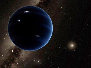 ASTRONOMIE INFO : A-T-ON VRAIMENT DÉCOUVERT UNE NEUVIÈME PLANÈTE ? Depuis la sortie d'une nouvelle étude de Mike Brown, les médias s'emballent et annoncent la découverte d'une neuvième planète dans le Système solaire. Qu'en est-il vraiment ?  Au risque de jouer les rabat-joie (la science est faite de déceptions !), nous verrons pourquoi la découverte est loin d'être assurée, et pourrait être contredite dans une future étude française. Sans pour autant se priver de rêver de nouveaux mondes !  Une possibilité d'exister, plutôt qu'une découverte! Non, nous n'avons pas observé de nouvelle planète. L'emballement médiatique s'est créé à partir de l'article publié le 20 janvier 2016 par deux chercheurs du Caltech, institut respecté de Pasadena en Californie. Les chercheurs sont tout autant respectés : il s'agit de Mike Brown et son ancien assistant Konstantin Batygin. Mike Brown est une sommité de la mécanique céleste, connu comme le « tueur de Pluton » (c'est sa découverte d'Eris en 2005 qui mènera à la destitution de Pluton en tant que planète en 2006). Vous pouvez d'ailleurs relire son interview, quasi prémonitoire de cette annonce, dans notre dossier de juillet-août 2015. Leurs travaux méritent donc attention.  Qu'annoncent-ils ? Dans leur article paru dans la revue « Astronomical Journal », les deux chercheurs expliquent les trajectoires de corps aux confins du Système solaire à l'aide de l'hypothèse d'une neuvième planète d'une masse voisine de dix fois celle de la Terre. Notez donc que l'article scientifique ne cherche pas à prouver son existence, mais la possibilité de celle-ci.  Dans le détail, les deux astronomes ont constaté deux phénomènes pour l'instant inexpliqués. Les orbites de six corps de la Ceinture de Kuiper, dont Sedna, se croisent au niveau de leur périhélie, leur plus courte distance au Soleil. De plus, leur plan orbital est très similaire, comme aligné. Une telle coïncidence aurait une probabilité extrêmement faible d'arriver par hasard (de l'ordre 
