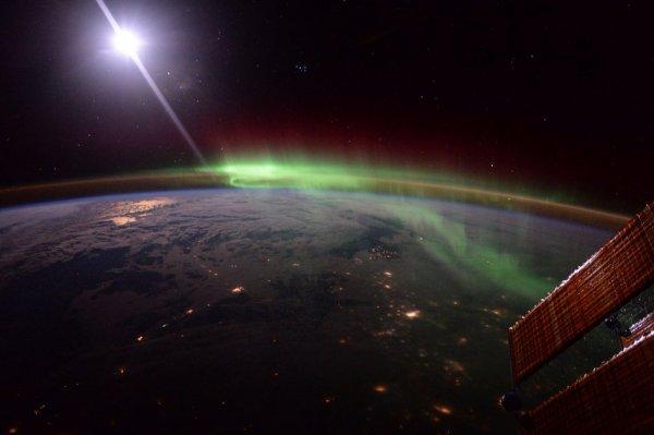L'IMAGE DU JOUR : L'astronaute de l'ESA, Tim PEAKE, a posté cette photo, d'une superbe aurore boréale prise depuis la Station Spatiale Internationale (l'ISS) (Sources : ESA-NASA)