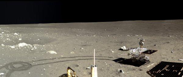 LES IMAGES DU JOUR : Le 14 décembre 2013, en posant sur la Lune sa sonde Chang'e 3 et son petit robot mobile Yutu, la Chine est entrée dans le club très fermé des puissances spatiales capables d'explorer d'autres mondes : les États-Unis, la Russie, l'Europe, le Japon et l'Inde. Ce programme au long cours vise, à terme, le retour sur Terre d'échantillons et, plus tard peut-être, la marche d'astronautes chinois dans la cendre lunaire. En attendant, l'agence spatiale chinoise (CNSA) a rendu publiques les données transmises par Chang'e 3 et Yutu. Les deux engins ont longuement photographié la surface lunaire, dans la mer des Pluies où ils se sont posés. Ces images, traitées par la planétologue américaine Emily Lakdawalla, sont saisissantes, et n'ont rien à envier aux photographies prises voici un demi siècle ou presque par les douze astronautes des missions Apollo. Si, désormais, Chang'e 3 et Yutu ne transmettent plus d'images, ces paysages austères, la « magnifique désolation » évoquée par Buzz Aldrin en juillet 1969, font patienter les planétologues jusqu'à la prochaine mission, qui devrait, en 2018, voir pour la première fois une sonde spatiale, Chang'e 5, se poser sur la face cachée de la Lune… (Sources : SV-SB-CNSA)