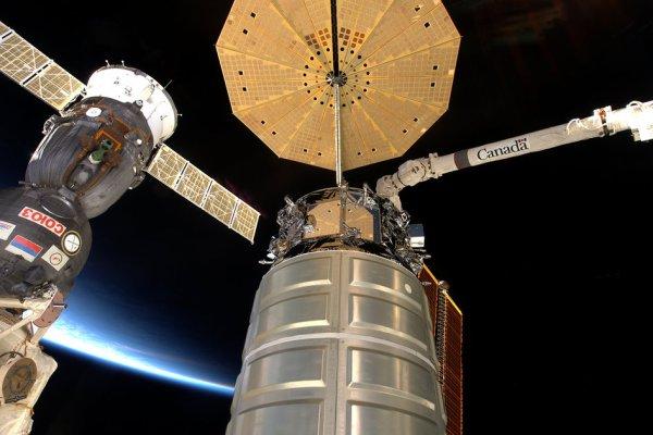 L'IMAGE DU JOUR : Une nouvelle photo prise par l'astronaute de l'ESA Tim Peake depuis la Station Spatiale Internationale (SSI) À gauche, le vaisseau Soyouz TMA-19M arrimé à la Station Spatiale depuis le 15 décembre 2015. À côté du Soyouz, le vaisseau spatial de provision Cygnus qui est arrivé à la Station Spatiale le 9 décembre. Cygnus est prévu pour quitter la Station avec un stock de déchets. Le petit cargo brûlera totalement en rentrant dans l'atmosphère de la Terre, Le parapluie circulaire déployé devant lui est un nouveau type de panneau solaire. À l'arrière-plan on peut voir la Terre avec le nouveau jour commençant à gauche de l'image. (Sources ESA-NASA)