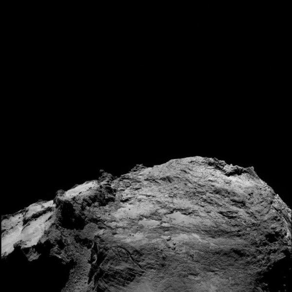ROSETTA INFO DIRECT : MARDI 23 FÉVRIER 2016 : 16h L'IMAGE DU JOUR : Une nouvelle très belle image prise par la caméra OSIRIS de la sonde ROSETTA, le 13 février 2016, à une distance de 46.2 km de la comète 67P/Churyumov-Gerasimenko, à des millions de kilomètres de la Terre, et qui montre une partie du gros lobe de la comète ! L'échelle est de 0.84 m/pixels. (Sources ESA-CNES)