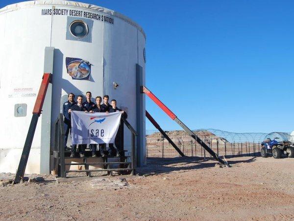 L'IMAGE DU JOUR : Pendant 2 semaines, fin février et début mars 2016, 6 étudiants de l'Institut Supérieur de l'Aéronautique et de l'Espace (ISAE-SUPAERO) de Toulouse participent à une simulation de mission martienne dans le désert de l'Utah. À ce titre, la Mars Society (organisme américain à but non lucratif) gère deux habitats martiens, un dans l'Arctique canadien et un autre dans le désert de l'Utah aux États-Unis. Ils ressemblent à ce que pourrait être une future base implantée sur la planète rouge. C'est l'habitat de l'Utah appelé MDRS (pour Mars Desert Research Station) qui est en ce moment utilisé par 6 étudiants de l'Institut Supérieur de l'Aéronautique et de l'Espace (ISAE-SUPAERO) de Toulouse. Leur but est bien évidemment de simuler une mission habitée sur Mars et ce pendant 2 semaines. Nourriture et eau rationnées, délais dans les liaisons radio, obligation de sortir uniquement revêtu d'un scaphandre et autres contraintes ont pour objectif de s'approcher du vécu de ce type d'exploration et donc de son impact sur des astronautes. Un communiqué de l'ISAE-SUPAERO explique que «les conditions dans lesquelles l'équipage va vivre leur permettront de se mettre dans la peau d'astronautes éloignés de 400 millions de kms de la Terre». Les 6 étudiants toulousains de diverses nationalités qui participent au MDRS Supaero Crew 164 sont : Mehdi Scoubeau (Commandant), Mohammad Iranmanesh ,Camille Gontier, Arthur Lillo, Louis Maller et Jérémy Rabineau (photo ci-dessous) (Sources CE-ISAE-SUPAERO-MS)