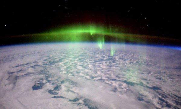 L'IMAGE DU JOUR : Une aurore vue de la Station Spatiale Internationale par l'astronaute de l'ESA Tim Peake.La mission de six mois de Tim de la Station Spatiale Internationale est nommée Principia. Il exécute plus de 30 expériences scientifiques pour ESA et participe à de nombreuses autres expériences avec des partenaires internationaux de l'ESA. (Source ESA)