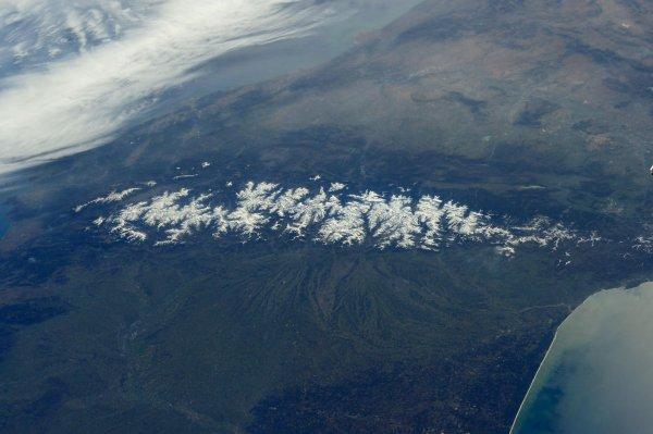 """L'IMAGE DU JOUR : L'astronaute britannique de l'ESA Tim Peake vient de poster cette superbe photo de la chaîne des Pyrénées prise depuis la Station Spatiale Internationale à une """"orbite terrestre basse"""", c'est-à-dire entre 350 et 400 km d'altitude. (Source ESA)"""