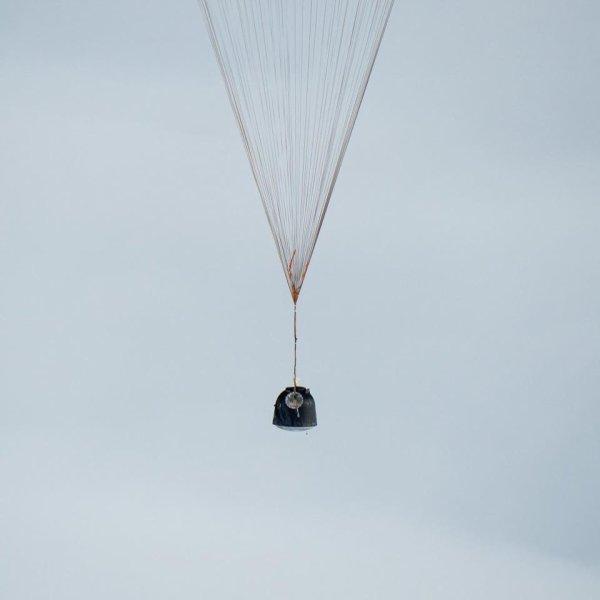 """LES IMAGES DU JOUR : RETOUR SUR TERRE du SOYOUZ 46 de la STATION SPATIALE INTERNATIONALE. Dans les plaines du Kazakhstan, la capsule soyouz de l'Expédition 46 s'est posée sans encombre. A son bord, 3 astronautes : les Russes Serguei Volkov et Mikhaïl Kornienko et l'Américain Scott Kelly. Pour ces 2 derniers, il s'agit d'un retour sur terre après 340 jours passés dans la Station Spatiale Internationale (ISS), la mission """"One Year In Space"""" - 1 an dans l'espace. Objectif : tester les effets de la vie dans l'espace sur le corps humain en vue de missions très longues durées comme celles vers Mars. Rappelons que Scott Kelly a un frère jumeau, lui aussi astronaute, qui était resté au sol ce qui permettra de faire des comparaisons très poussées entre les deux au niveau biologique. Des résultats qui seront intéressants à analyser...L'ISS devrait voir arriver 3 nouveaux habitants à partir du 18 Mars 2016. (Sources NASA-E&E)"""