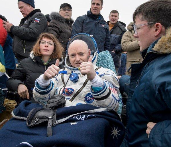 """Actualités ISS: après un an dans l'espace, fin de mission pour Scott Kelly. L'astronaute Scott Kelly doit revenir sur Terre ce mardi, après avoir passé une année à bord de la Station Spatiale Internationale. Une année riche en expériences scientifiques... et en opérations médiatiques.  La Station Spatiale Internationale (ISS) va perdre son meilleur ambassadeur 2.0. Scott Kelly revient sur Terre, ce mardi, après un an passé à son bord. 342 jours, plus exactement, d'expériences scientifiques mais aussi de photos éblouissantes de la Terre, et de vidéo aussi drôle qu'instructive. Quant à l'impact que cette année dans l'Espace aura eu sur son corps et son esprit, il pourra être mesuré plus précisément grâce à une particularité inédite de cet astronaute: son jumeau, un ancien de la Nasa, est resté au sol pendant tout ce temps... """"La Kim Kardashian de l'ISS"""", en costume de gorille  C'est d'ailleurs son frère Mark qui lui a offert le costume de gorille qu'il a revêtu la semaine dernière, pour fêter ses 52 ans... en """"coursant"""" son camarade britannique Tim Peake dans les couloirs de l'ISS sur fond de musique de Benny Hill.  Cette vidéo n'est que la dernière d'une longue série d'images envoyées par Scott Kelly sur les réseaux sociaux. On l'a aussi vu jouer au ping pong avec une balle faite d'eau (qui flotte dans l'Espace).  Sur les réseaux sociaux, l'astronaute fait aussi profiter les internautes des 16 levers/couchers de Soleil par jour qui lui sont offerts. Soient un total de 10 944 levers/couchers de Soleil, car le New York Times a compté... """"Bien sûr, Scott Kelly ne les a pas tous vus. Il ne passe pas sa vie à regarder par la fenêtre, il dort aussi!"""" Mais ses dons de photographes ont lui ont permis de capturer plus de 700 clichés de villes illuminées, d'aurores boréales, ou de sommets enneigés...  Autre qualité: il a la main verte. C'est à lui que l'on doit la """"fleur de l'Espace"""" en pleine forme mi-janvier, alors que la plante, un zinnia orange, paraissait mal en point en """