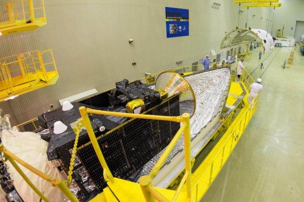 EXOMARS 2016 INFO : Le vaisseau spatial ExoMars 2016, vient d'être placé dans la coiffe du lanceur. La forme conique à gauche est l'adaptateur pour la fusée, par lequel le vaisseau spatial est attaché à l'étage supérieure. On a déjà roulé la première moitié du carénage au-dessous de l'assemble du vaisseau spatial, et le deuxième carénage supérieure est man½uvrée par un pont roulant. L'image a été prise le 2 mars au cosmodrome Baïkonour, dans le Kazakhstan. Une fusée russe va lancer sur Mars le 14 mars prochain cette sonde détectrice de gaz et un atterrisseur test. De quoi poursuivre la recherche de la vie sur la planète rouge ! ExoMars a deux buts : analyser les gaz de l'atmosphère martienne pour détecter les signes d'une éventuelle vie sur Mars, et permettre à l'Europe d'apprendre comment atterrir sur cette planète. (Sources ESA)