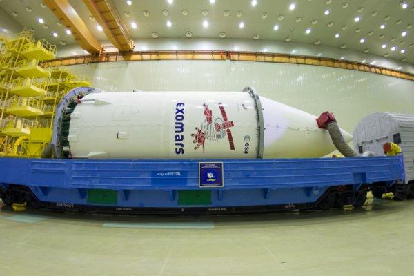 EXOMARS 2016 INFO : les images du jour : La sonde ExoMars 2016 est sortie de son hangar, et transporté par un train spécial, pour aller rejoindre le pas de tir et le bâtiment d'assemblage final ou la coiffe et la sonde vont être placé au dessus d'une fusée PROTON, direction la planète Mars ! Le lancement est prévu pour lundi, le 14 mars en début de matinée. (Sources ESA)