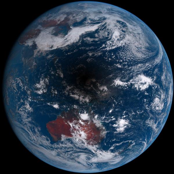 L'IMAGE DU JOUR issue du satellite météorologique Himawari-8 (« tournesol » en japonais) montre l'éclipse totale de Soleil qui a eu lieu en Asie du Sud-Est aujourd'hui. L'ombre de la Lune s'est principalement dirigée sur l'Indonésie et les îles au nord du Pacifique, cette éclipse était invisible depuis l'Europe, alors plongée dans la nuit. C'est la dernière éclipse totale de Soleil avant celle du 21 août 2017 qui traversera les États-Unis d'ouest en est. (Sources C&E-H)