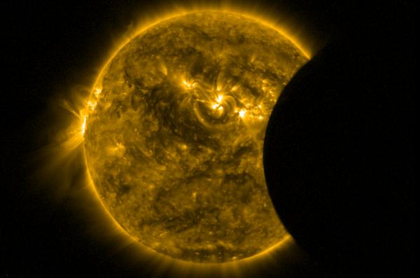 L'IMAGE DU JOUR : L'ÉCLIPSE DE SOLEIL, C'ÉTAIT CE 9 MARS AU DESSUS DE L'INDONÉSIE, vu sur cette photo par le satellite Proba-2 au dessus de l'Océan Pacifique. Cette éclipse était totale. On distingue le disque solaire recouvert par la Lune ! Le chemin de la totalité avait une largeur maximale de 155 km sur Terre et la durée maximale de l'éclipse était de 4 minutes et 9 secondes, sur les eaux de l'Océan Pacifique. Inobservable depuis l'Europe pour cette première et dernière éclipse de 2016 ! (Source ESA-Proba2)