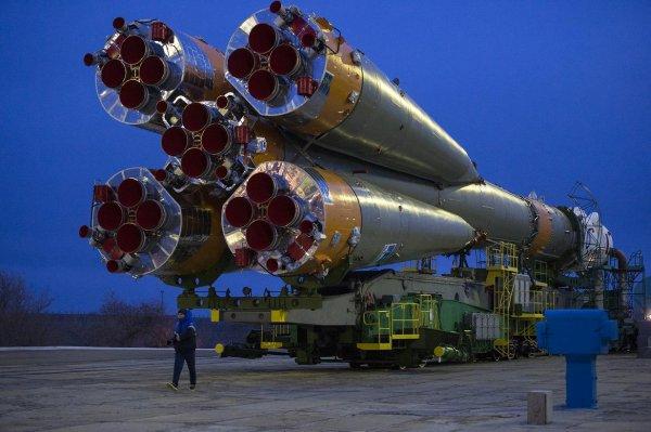 ESPACE INFO : LA FUSÉE SOYOUZ TMA-20M REJOINT SON PAS DE TIR ! Son lancement est prévue ce vendredi 18 mars 2016 à 22h26. La TMA-20M décollera de Baïkonour (Kazakhstan) pour envoyer trois astronautes vers la SSI la Station Spatiale Internationale. L'Américain Jeffrey Williams et les Russes Oleg Skriprotchka et Alexey Ovchinin rejoindront Tim Kopra, Tim Peake et Youri Malenchenko, présents dans l'ISS depuis le 15 décembre 2015. (Sources NASA-C&E)