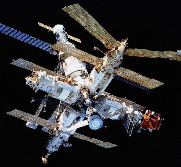 L'IMAGE DU JOUR : Le 23 mars 2001, la station spatiale soviétique MIR revenait dans l'atmosphère terrestre au sud de l'océan Pacifique. Désactivé après 86.000 orbites depuis son lancement en 1986, MIR était jusqu'alors la plus grande Station Spatiale, un monstre de technologie pour l'époque, dans le but de permettre d'étudier le comportement de l'homme dans l'espace.