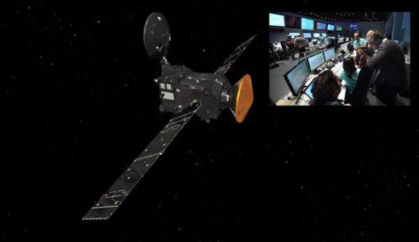 EXOMARS 2016 INFO : EN ROUTE POUR MARS ! Envoyée vers la planète rouge avec succès par un lanceur russe Proton le 14 mars, la sonde EXOMARS de l'Agence Spatiale Européenne fonctionne comme prévu 9 jours après les premières vérifications d'usage. Les premières données transmises par EXOMARS à l'issue du lancement attestaient de son bon fonctionnement. Neuf jours plus tard, le «bulletin de santé» de la sonde communiqué par l'ESA le 23 mars continue d'être positif. Dans les deux semaines qui suivent, de plus en plus de systèmes de bord vont être activés. Ce sera ainsi le cas des viseurs stellaires (orientation de la sonde en fonction des étoiles), et de divers systèmes dédiés à la navigation, les transmissions radio ou la gestion de la puissance électrique. (Sources ESA-CE)