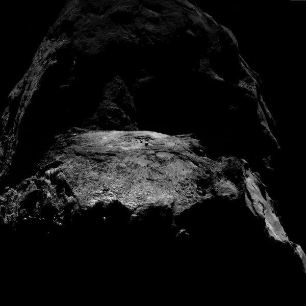 ROSETTA INFO DIRECT : VENDREDI 25 MARS 2016 : 14h30 L'IMAGE DU JOUR : Une nouvelle image très particulière, à moitié dans l'ombre, prise par la caméra OSIRIS de la sonde ROSETTA, le 19 mars 2016, à une distance de 11,9 km de la comète 67P/Churyumov-Gerasimenko, à des millions de kilomètres de la Terre ! L'échelle est de 1,1 m/pixels. (Sources ESA-CNES)