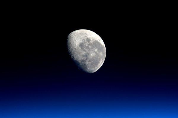 L'IMAGE DU JOUR : Coucher de lune depuis la Station Spatiale Internationale ! Photographie prise par l'astronaute de l'ESA Tim Peake. (Source ESA)
