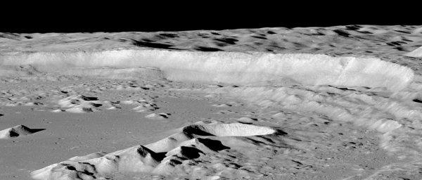L'IMAGE DU JOUR : Une image de notre satellite la Lune photographié par la sonde LRO (Lunar Reconnaissance Orbiter), c'est une sonde spatiale de type orbiteur de la NASA lancée en 2009 dont l'objectif est d'étudier la Lune depuis son orbite. Les images de LRO révèlent un paysage lunaire provoqué par des forces géologiques et le bombardement céleste ! (Source LRO-NASA)