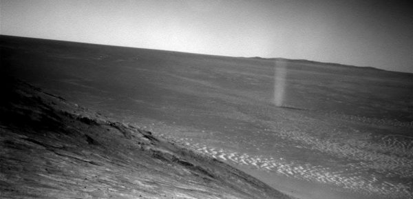 """L'IMAGE DU JOUR : UN TOURBILLON SUR MARS Filmé par le ROVER OPPORTUNITY ! La saison des tornades de sable arrive sur la planète Rouge. Pour preuve, celle croisée par le robot qui arpente le plancher martien depuis 12 ans ! C'est la caméra de navigation du petit robot qui a saisi ce spectaculaire phénomène météorologique martien. On y voit une spectaculaire tornade de poussière évoluer dans la vallée en contrebas. Les """"dust devils"""" (diables de poussière en français) étaient quelque chose de très courant pour le rover Spirit - aujourd'hui hors service - qui a atterri dans le crater Gusev, mais leur observation est plus rare dans la zone où se trouve son jumeau Opportunity, précise la Nasa. (Source NASA-S&A)"""
