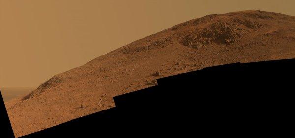 ASTRONOMIE INFO : Sur Mars, toujours très en forme, le rover Opportunity qui s'était lancé en février dans l'ascension du flanc sud de la vallée de Marathon, a dû renoncer à l'approche du sommet. La pente était devenue trop raide et périlleuse... Image en couleur : Vue de la pente sud de la vallée de Marathon photographiée fin octobre 2015, avant que le rover ne s'y engage pour aller étudier l'affleurement au sommet. Image en noir et blanc : Tout proche de sa cible, Opportunity a malheureusement dû renoncer malgré ses tentatives de l'atteindre. On peut voir sur cette image, les traces de dérapages du rover sur ce terrain sablonneux en pente. (Sources NASA-, JPL-Caltech, Cornell University, Arizona State University)