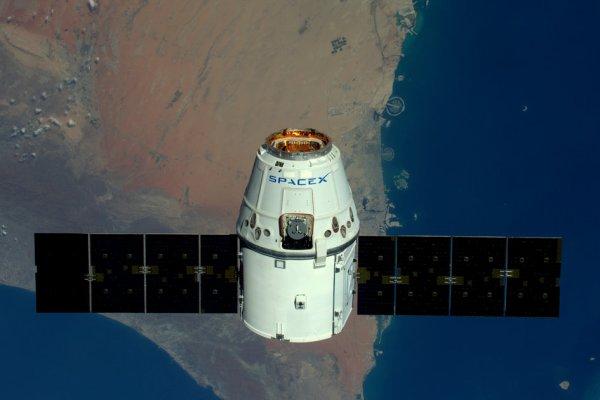 L'IMAGE DU JOUR : Le 11 avril, la capsule DRAGON lancé par une fusée de la société SPACE X s'approche de la Station Spatiale Internationale, afin d'y être arrimée, juste au dessus de Doubaï ! A son bord du matériel pour ravitailler la Station de plus de 3 tonnes de fournitures, nourriture et eau pour les six membres d'équipage de l'ISS, ainsi que des équipements et du matériel destinés à des expériences scientifiques, dont 20 souris. Celles-ci permettront d'étudier l'atrophie musculaire et la perte de densité osseuse en situation de microgravité. (Sources ESA-NASA)