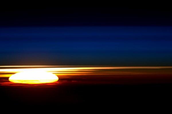 L'IMAGE DU JOUR : Lever du soleil sur la Terre, vu de la Station Spatiale Internationale par astronaute de l'ESA, TIM PEAKE, le 15 avril 2015. (Source ESA) Bonne journée à tous et à toutes !!