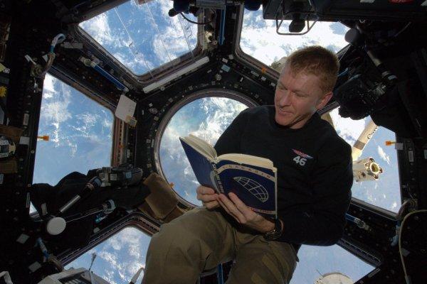 L'IMAGE DU JOUR : Le 12 avril 1961, Youri Gagarin est devenu la première personne à orbiter autour de la Terre dans son vaisseau spatial Vostok qui a été lancé du Cosmodrome de Baïkonour, maintenant au Kazakhstan. L'astronaute Tim Peake a été lancé dans l'espace depuis cette même rampe de lancement que Youri Gagarin. 55 ans plus tard, il a envoyé cette photo de lui, depuis la Station Spatiale Internationale lisant l'autobiographie d'Youri « la Route aux Étoiles ». Le livre est une copie spéciale, signée par Gagarin lui-même qui a volé dans l'espace en 1991 avec l'astronaute britannique Helen Sharman vers la station spatiale russe Mir. Le livre est maintenant signé par l'équipage actuel de l'ISS, à la suite de l'équipage de Mir pendant la mission de Sharman. (Source ESA)