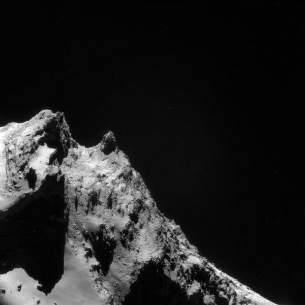 ROSETTA INFO DIRECT : JEUDI 21 AVRIL 2016 : 9h30 L'IMAGE DU JOUR : LE PROFIL D'UN VISAGE SUR LA COMÈTE !! Une curieuse vue de la région Anuket et de son environnement sur la Comète 67P/Churyumov-Gerasimenko. L'image a été prise par la caméra de navigation NavCam de Rosetta le 13 mars 2016, d'une distance de 17 km. Cependant, si nous regardons brièvement et mettons en marche notre imagination, nous pourrions être dupés par la reconnaissance du profil d'un visage, avec le front et les sourcils à gauche, un nez dirigeant vers le haut et même l'allusion d'un sourire. Ceci est un effet, un phénomène psychologique par lequel les humains ont tendance à identifier des formes familières dans les modèles vagues d'images aléatoires ! En réalité, le visage fictif montre le paysage sauvage d'Anuket, une région de terrains accidentés sur le petit lobe de la comète et déclinant vers le grand lobe ! Ce que pourrait apparaître comme un front, vers la gauche, est en fait la surface de Serqet, une petite région comprenant des terrains lisses et quelques rochers. La falaise aiguisée séparant Serqet et Anuket contribue à l'illusion d'optique, suggérant le profil d'une orbite et d'un sourcil... Rosetta est actuellement à 30 km du noyau et continuera à étudier la comète de près jusqu'à la fin septembre 2016, quand ce sera l'heure d'une man½uvre d'impact contrôlé sur la comète !! (sources : ESA-CNES)