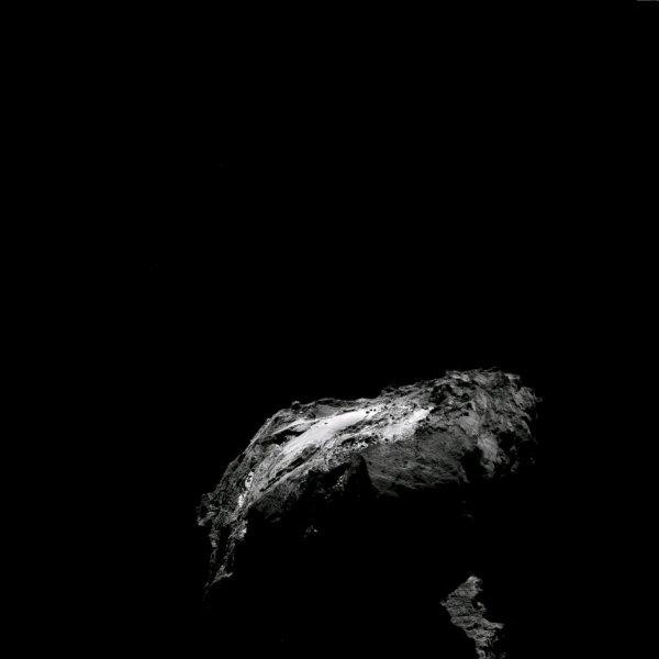 ROSETTA INFO DIRECT : LUNDI 25 AVRIL 2016 : 18h30 L'IMAGE DU JOUR : Une nouvelle image prise par la caméra OSIRIS le 25 avril 2016. La Sonde ROSETTA a exécuté un survol aérien, à 30,8 km du noyau de Comète 67P/Churyumov-Gerasimenko. L'échelle est 2.96 m/pixels. (Sources ESA-CNES)