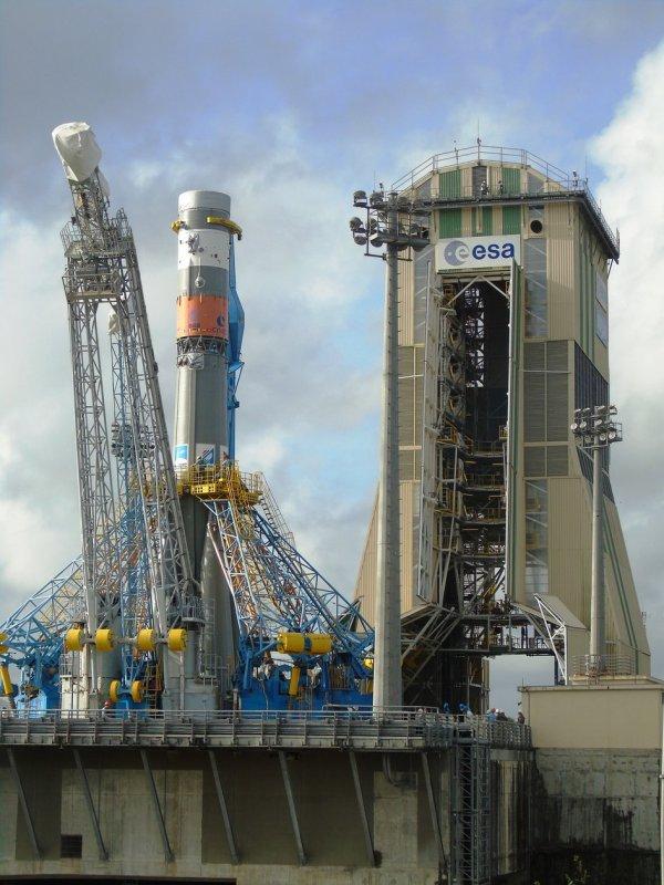 L'IMAGE DU JOUR : Il y a quelques jours le Soyouz sur sa rampe de lancement avant d'y placer la coiffe avec ces deux satellites, Sentinelle-1B et Microscope ! Le Soyouz VS14 et le composé supérieur a été hissé au sommet de la tour de service et ensuite sur les étapes inférieures du lanceur de Soyouz, le 19 avril 2016. Le Soyouz de la mission VS14 a été lancé du Centre spatial de Guyanes à Kourou.
